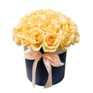 19 персиковых роз в коробке
