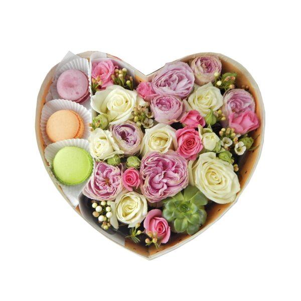 цветы в коробке в макаронс