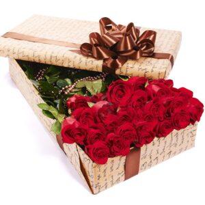 длинные розы в коробке
