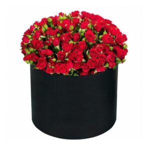 кустовые розы в черной коробке