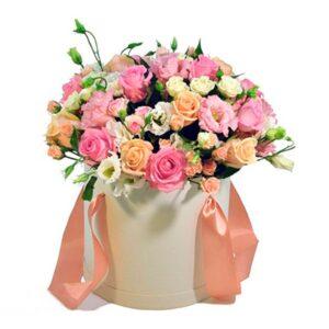 разноцветные розы в шляпной коробке
