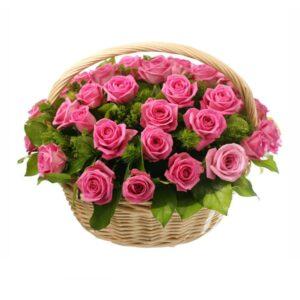 розовые розы в корзине